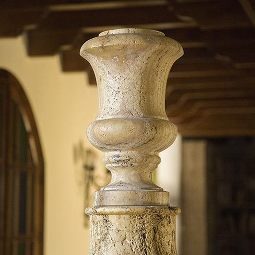 Pieza de jarrón con pedestal de diseño