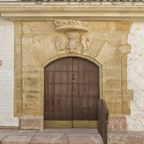 Restauración de portada con escudo y corona